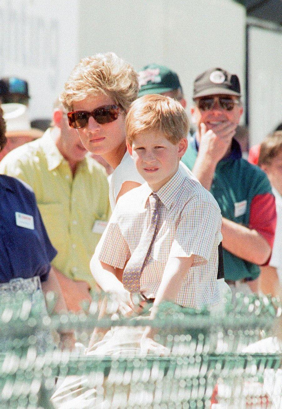 Le prince Harry avec Diana lors duGrand Prix de Formule 1 de Grande-Bretagne en juillet1994