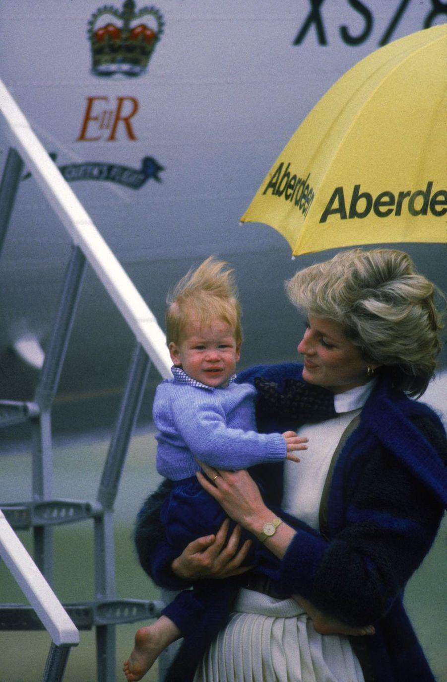 Le prince Harry avec Diana à l'aéroport d'Aberdeen (Écosse) en septembre 1985