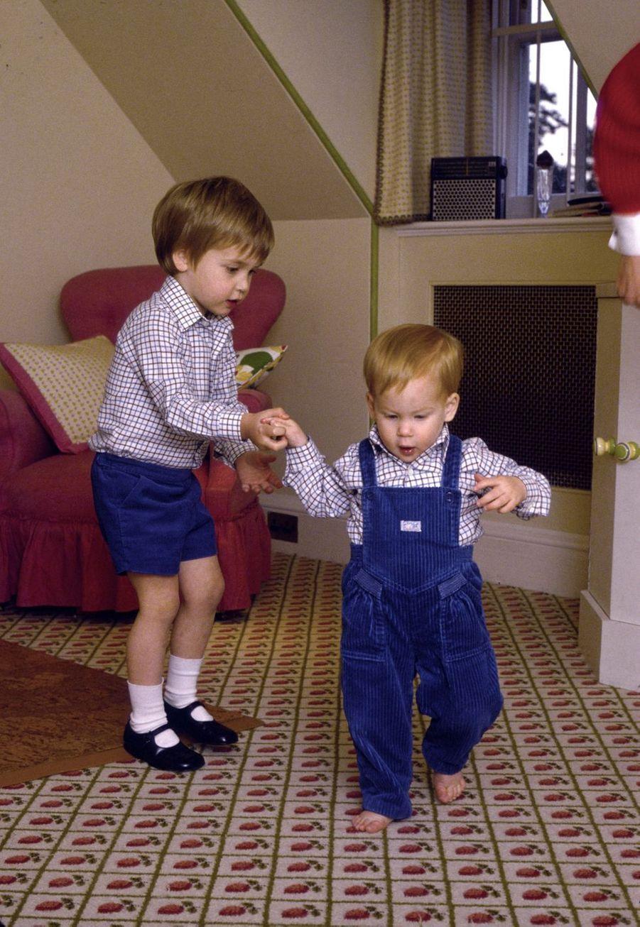Le prince Harry avec son frère le prince William à Kensington Palace en octobre 1985