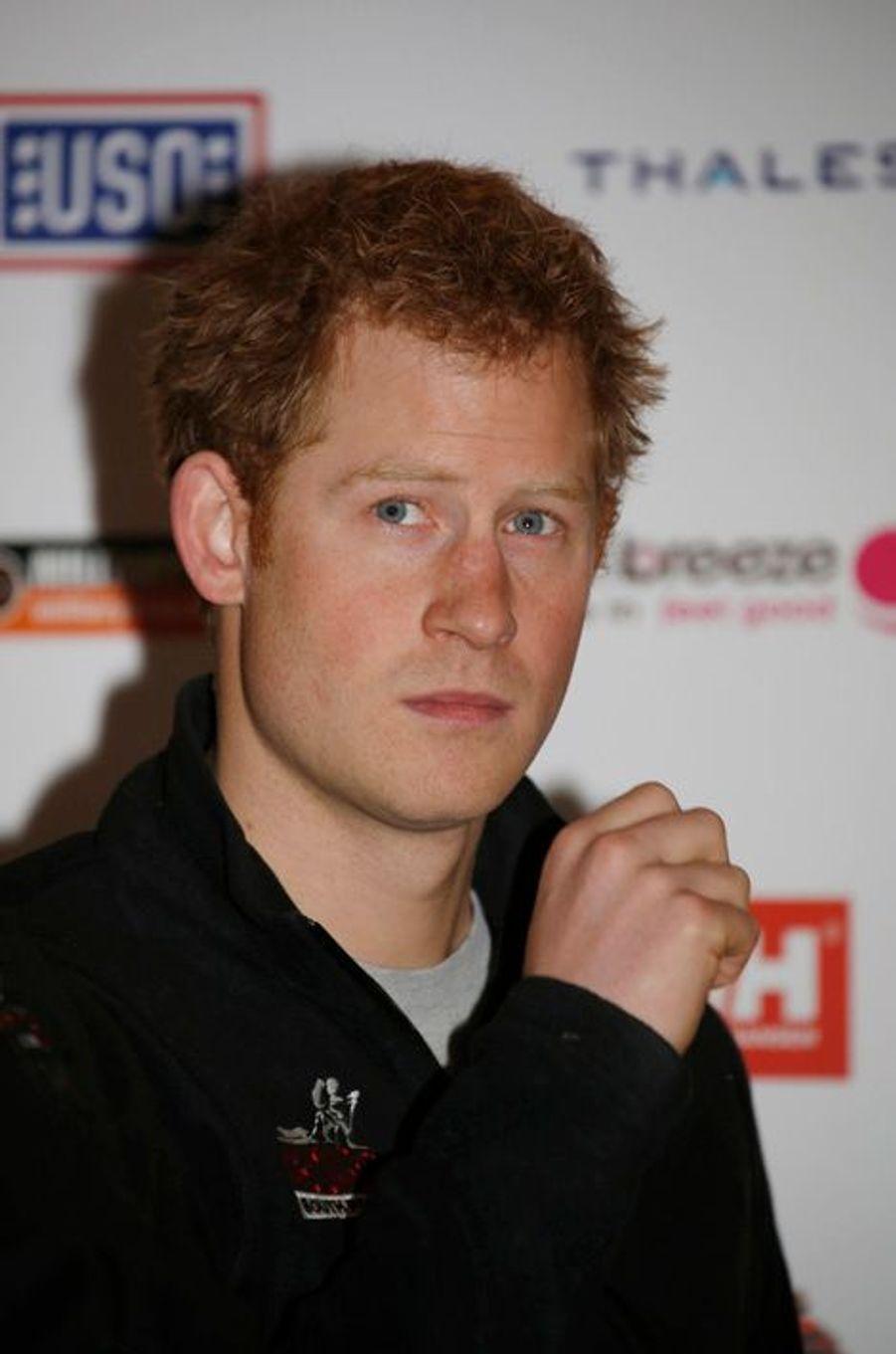 Le prince Harry frais et rasé