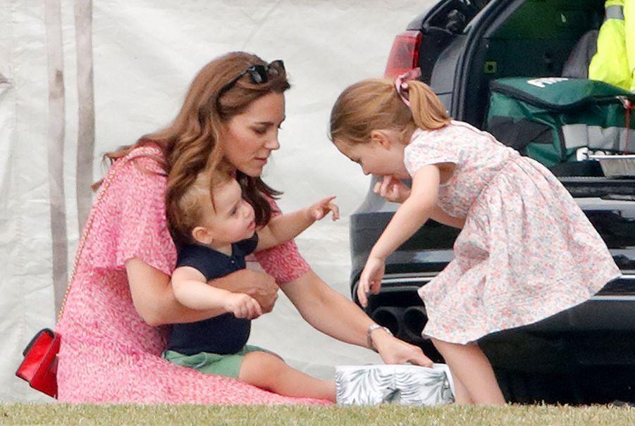 Kate Middleton et les princes Louis et Charlotteà Wokingham, le 10 juillet 2019