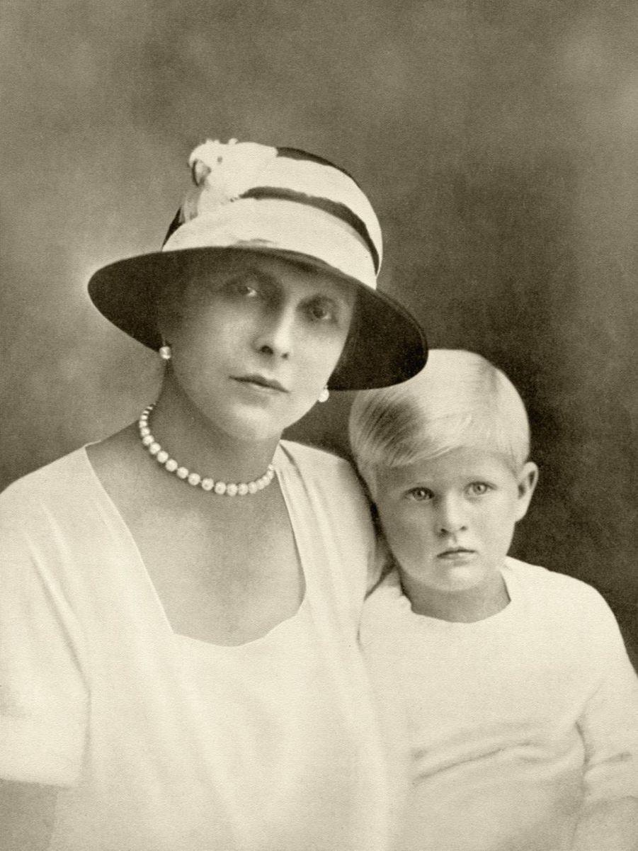 Le prince Philip avec sa mère la princesse Alice de Battenberg, vers 1926