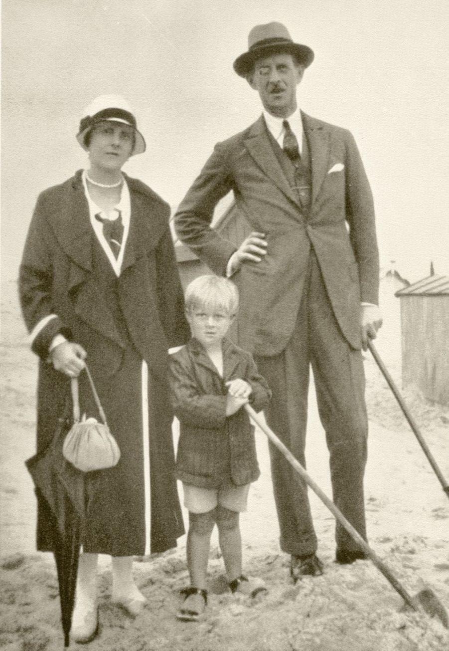 Le prince Philip avec ses parents le prince André de Grèce et la princesse Alice de Battenberg, vers 1925
