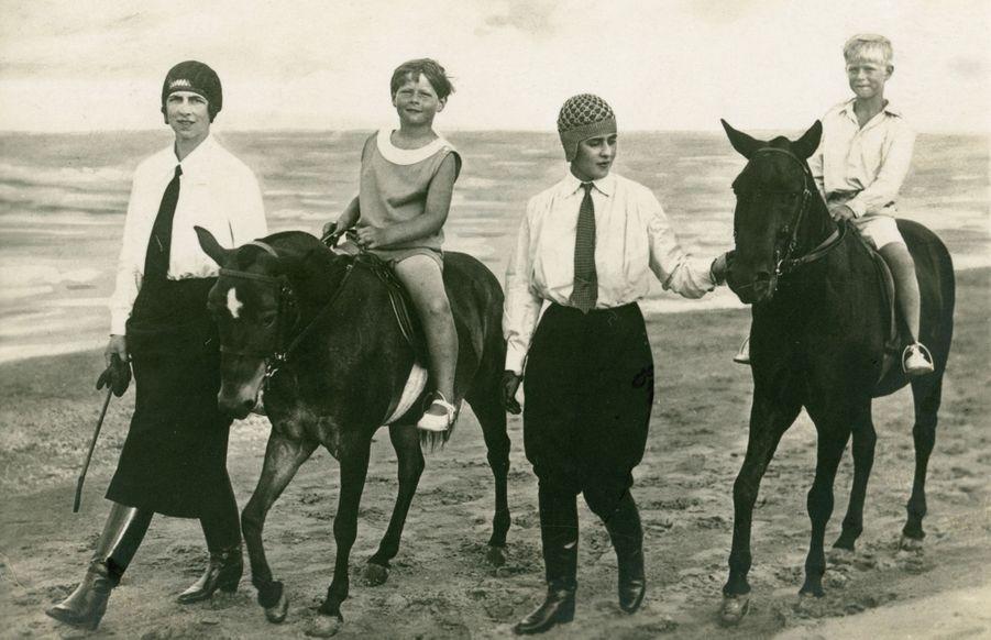 Le prince Philip (à droite) avec sa soeur aînée, la princesse Marguerite de Grèce, leur cousin le jeune roi Michel Ier de Roumanie et la mère de celui-ci, née Hélène de Grèce, le 6 août 1928