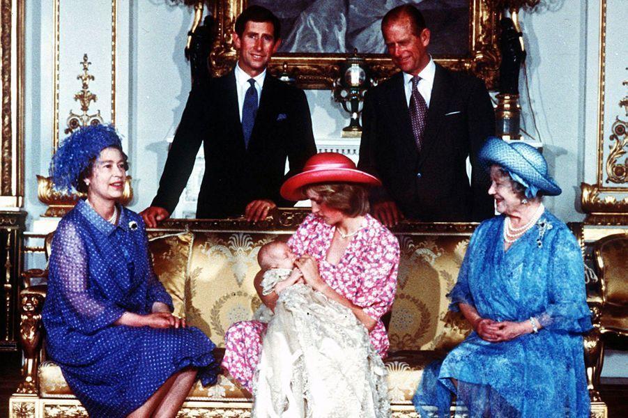 Le prince Philip avec la famille royale au baptème du prince William, le 4 août 1982