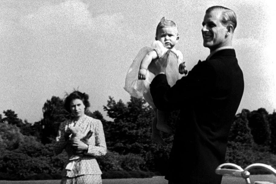 Le prince Philip avec la reine Elizabeth II et le prince Charles, le 18 juillet 1949