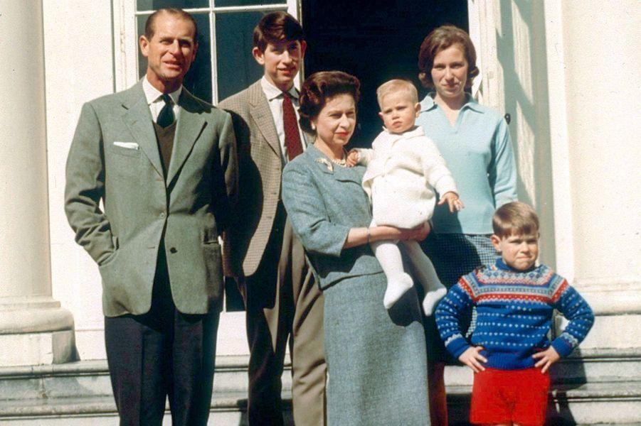 Le prince Philip avec la reine Elizabeth II et leurs quatre enfants, le 21 avril 1965