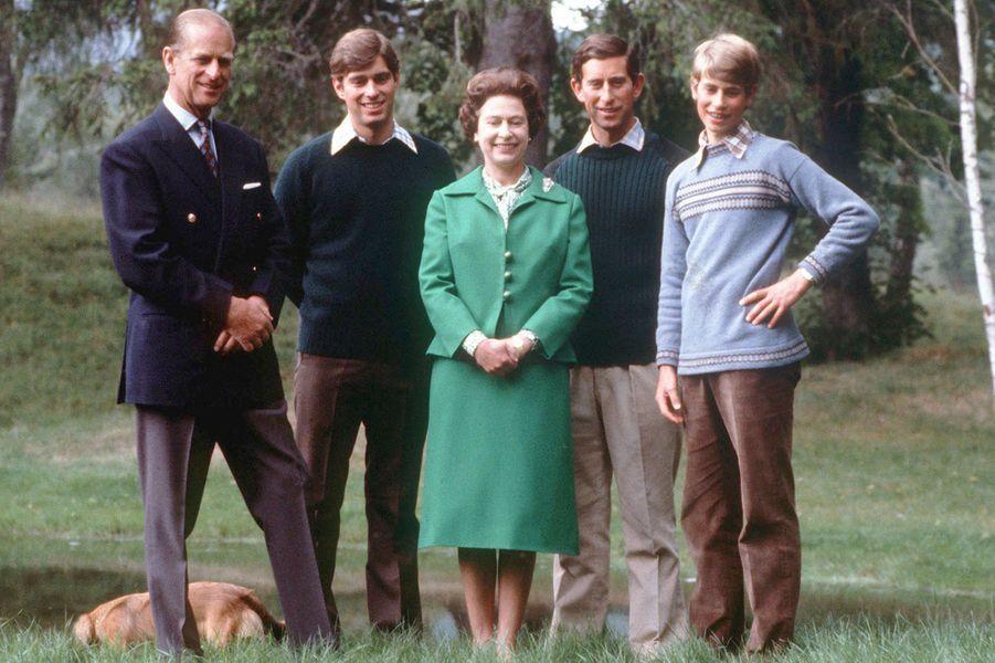Le prince Philip avec la reine Elizabeth II et leurs trois fils, le 20 novembre 1979