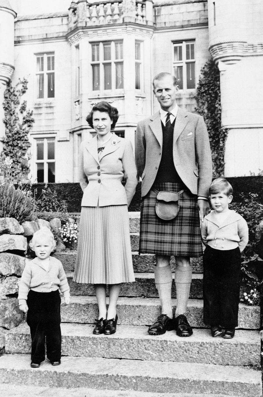 Le prince Philip avec la reine Elizabeth II, le prince Charles et la princesse Anne, le 21 janvier 1953