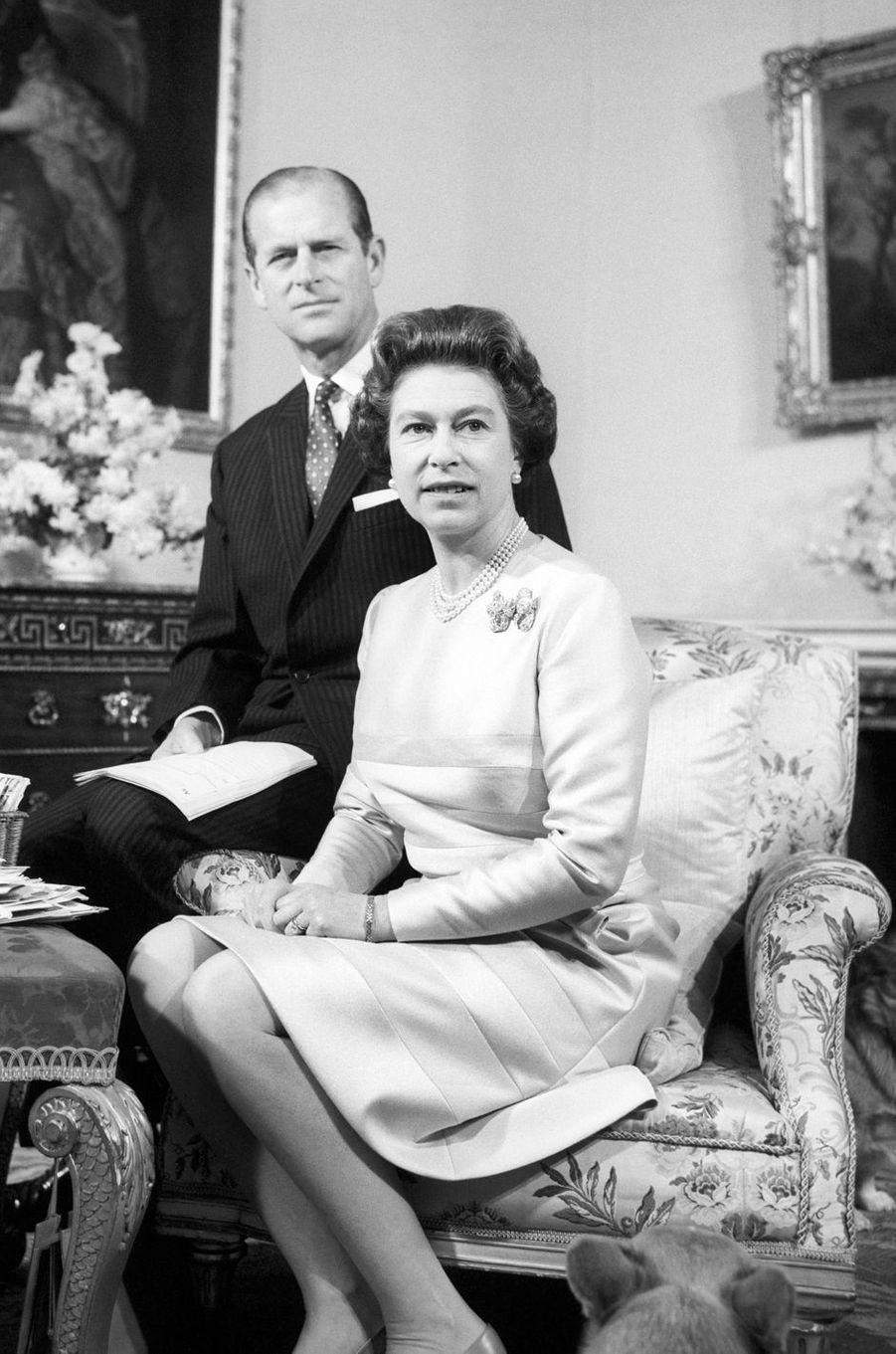 Le prince Philip avec la reine Elizabeth II, photo de leur 25 ans de mariage, le 20 novembre 1972