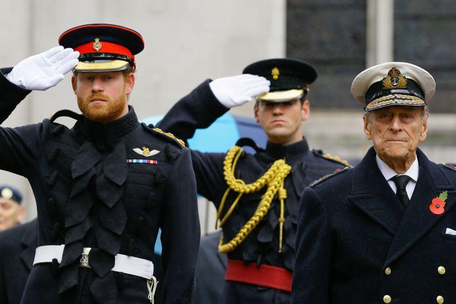 Le prince Philip avec son petit-fils le prince Harry, le 5 novembre 2015
