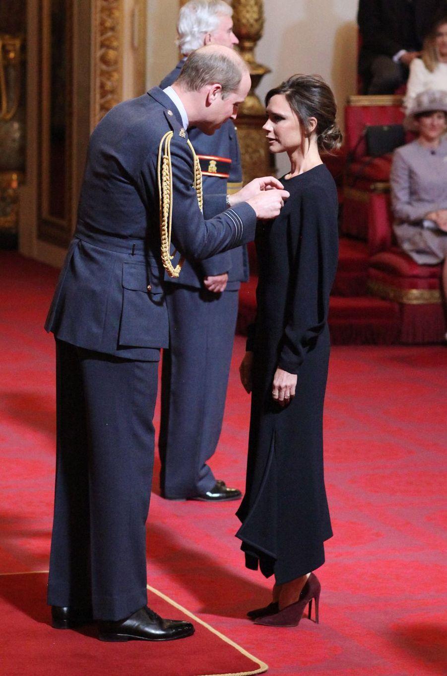 Le prince William fait Victoria Beckham officier de l'ordre de l'Empire britannique à Londres, le 19 avril 2017