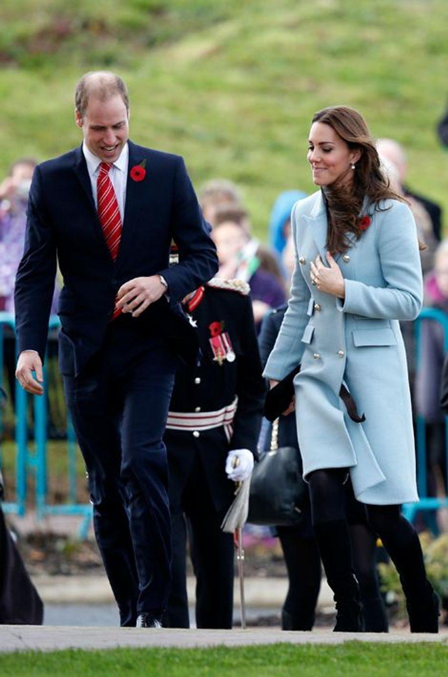 Le prince William et Kate Middleton visitent la raffinerie Valero à Pembroke, le 8 novembre 2014