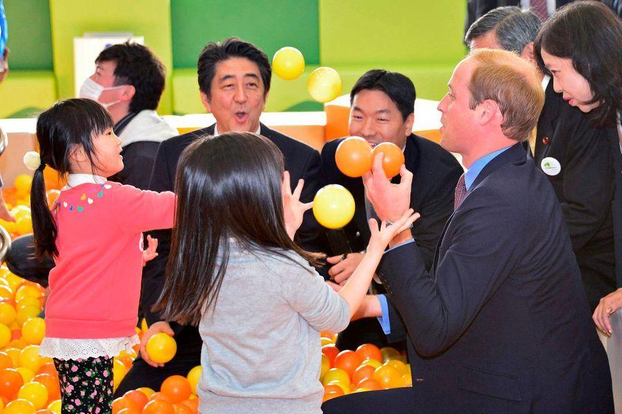 Le prince William avec des enfants à Motomiya, le 28 février 2015