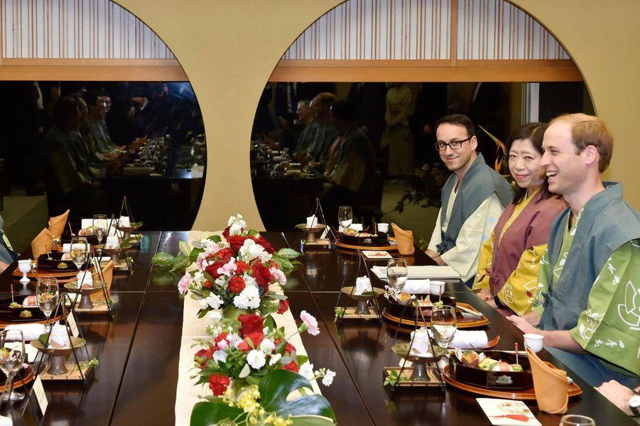 Le prince William dîne dans une auberge traditionnelle à Koriyama, le 28 février 2015