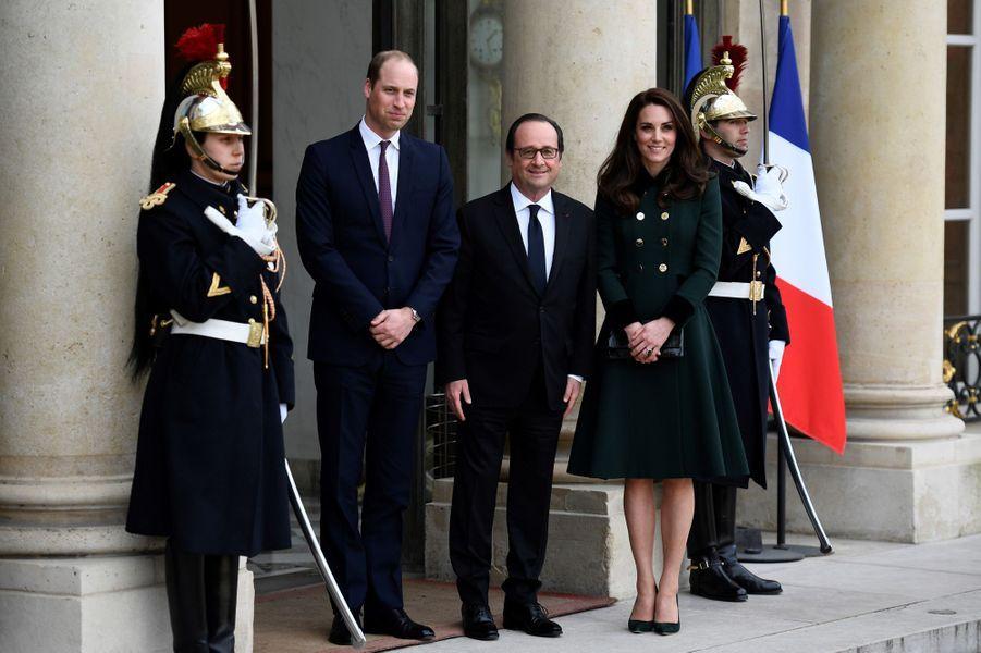 Le prince William et Kate MiddletonavecFrançois Hollandeau Palais del'Elysée.
