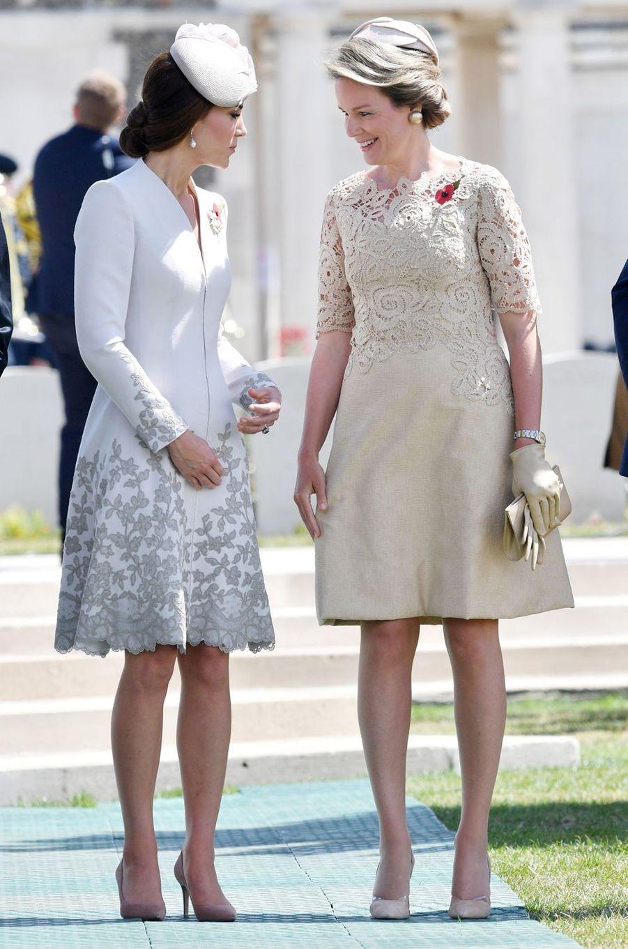 Kate Middleton au cimetière militaire de Tyne Cot près d'Ypres, avec la reine des Belges Mathilde, le 31 juillet 2017