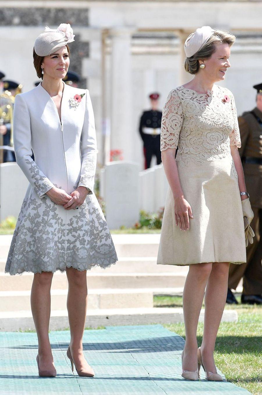 Kate Middleton en Catherine Walker au cimetière militaire de Tyne Cot, avec la reine des Belges Mathilde, le 31 juillet 2017