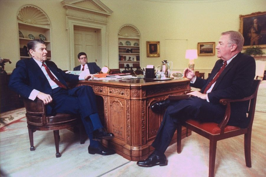 """Le """"Resolute desk"""" du temps de Ronald Reagan. Le 6 juillet 1988"""