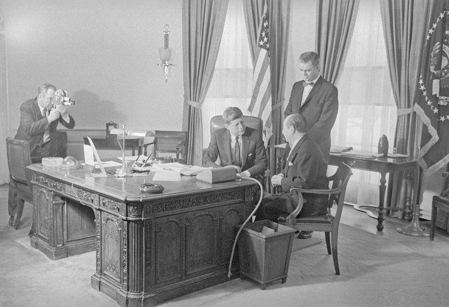 """Le """"Resolute desk"""" du temps de John Fitzgerald Kennedy. Le 6 février 1961"""
