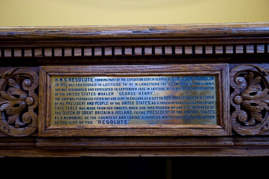 "La plaque du ""Resolute desk"" racontant son histoire, en 2008"