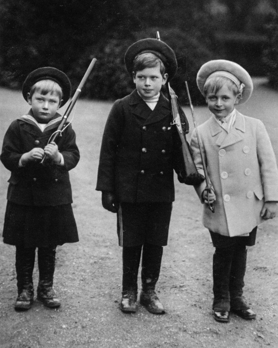 Le prince John avec son grand frère le prince George et leur cousin Olav de Norvège (futur roi Olav V) en 1909