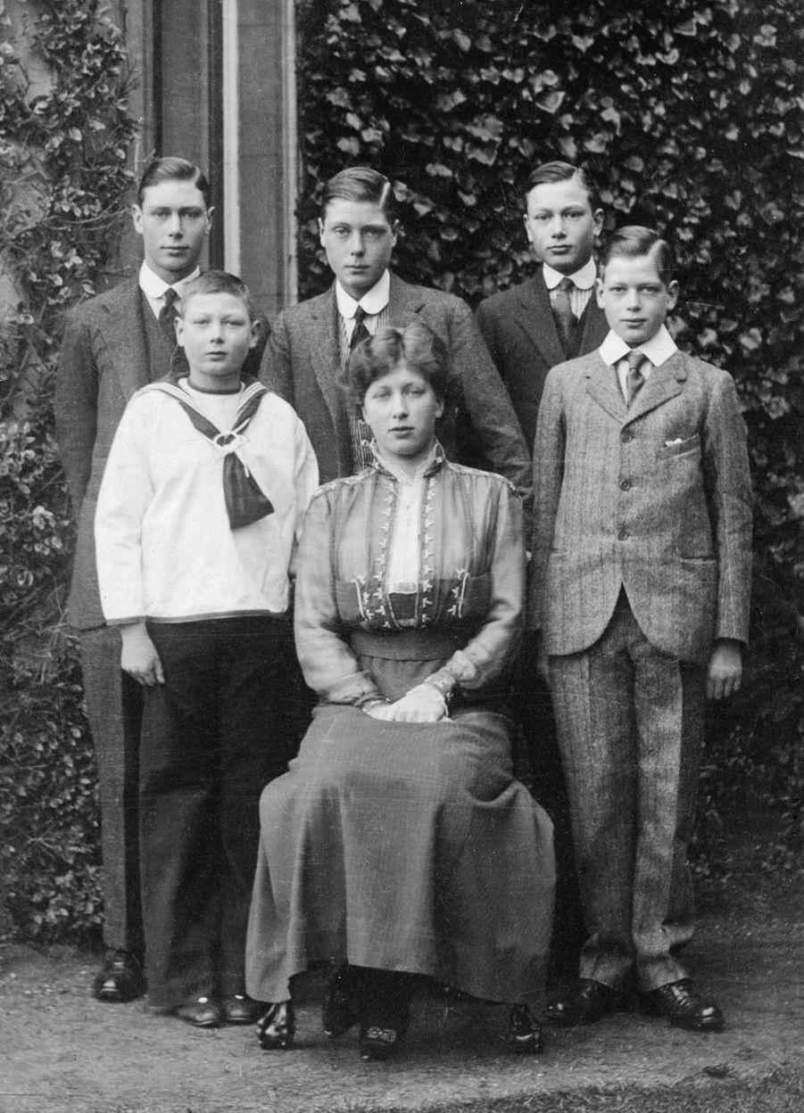 Le prince John avec ses frères et sa soeur, en 1916