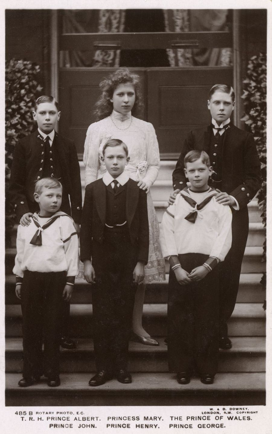 Le prince John avec ses frères et sa soeur, en 1912
