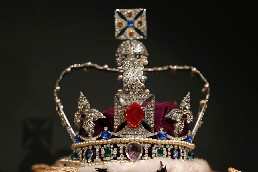 L'une des couronnes du lot de copies des joyaux de la Couronne britannique en vente chez Sotheby le 17 janvier 2018