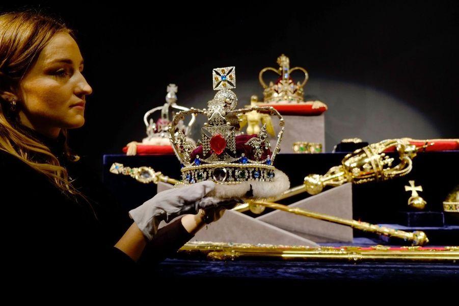 Pièces du lot de copies des joyaux de la Couronne britannique en vente chez Sotheby le 17 janvier 2018