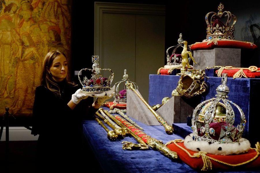 Certaines pièces du lot de copies des joyaux de la Couronne britannique en vente chez Sotheby le 17 janvier 2018