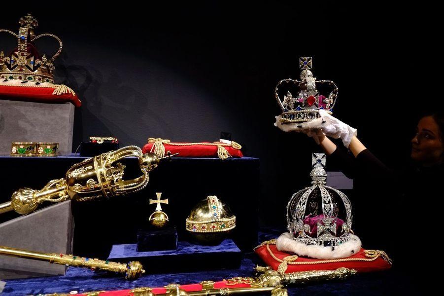 Pièces du lot de répliques des joyaux de la Couronne britannique en vente chez Sotheby le 17 janvier 2018