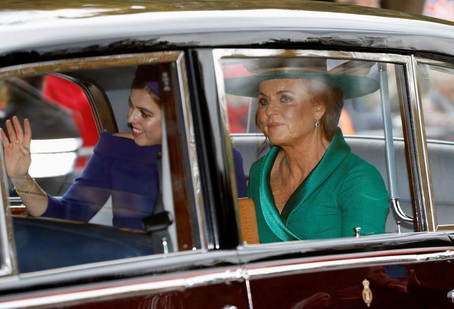 La mère de la mariéeSarah Ferguson, et la soeur et témoin de la princesse Eugenie, sa soeur Beatrice.