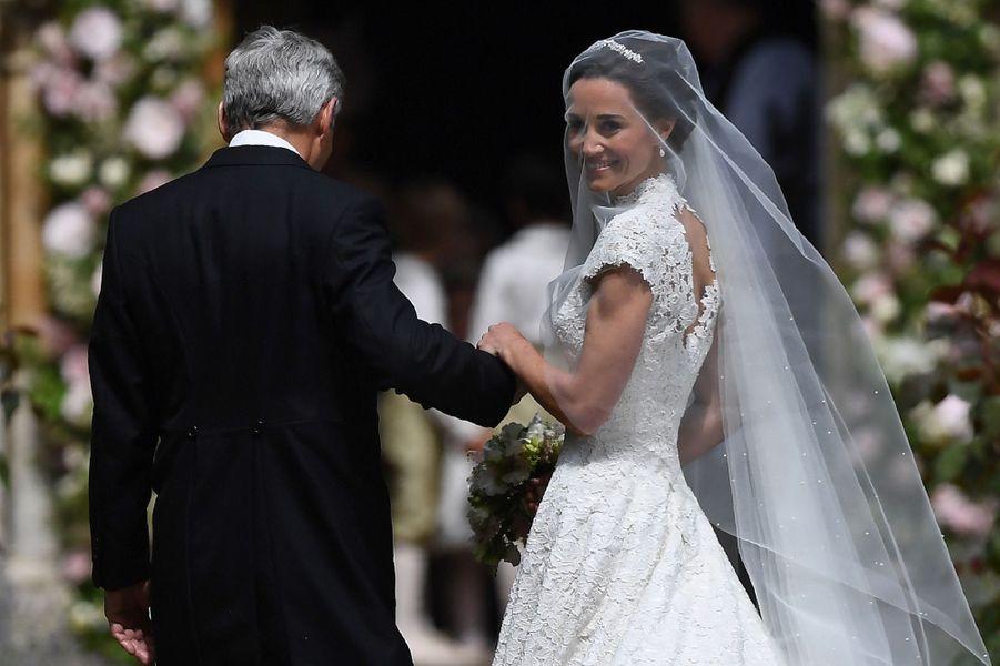 Pippa Middleton arrive à l'église avec son père Michael