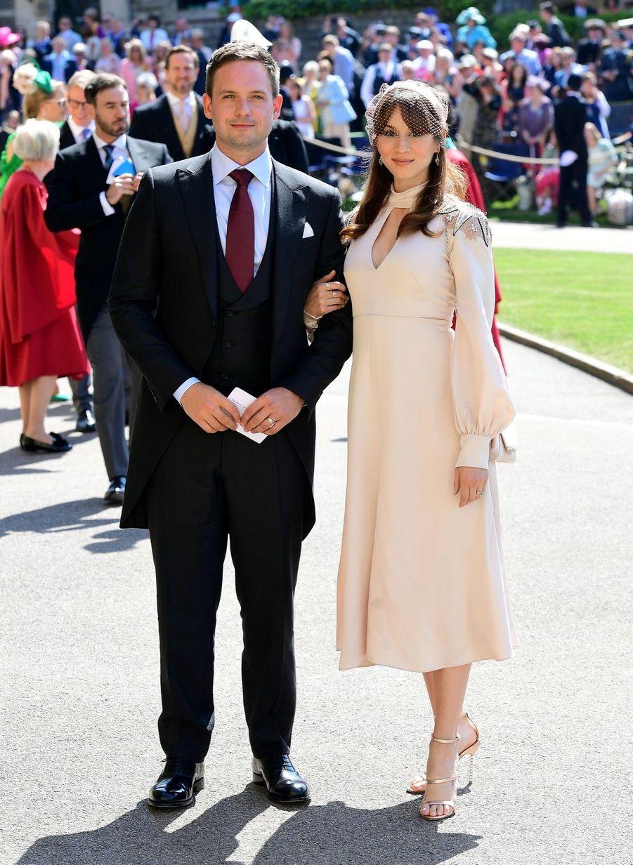 Mari de Meghan Markle dans la série « Suits », l'acteur Patrick J. Adams et son épouse Troian Bellisario au mariage de Meghan et Harry en photos