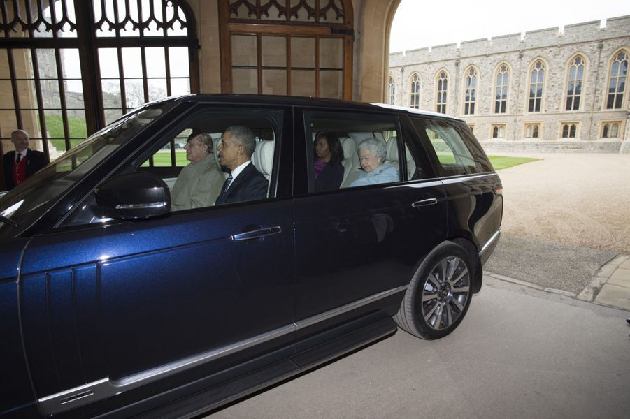 Les Obama en voiture avec la reine… et c'est Philip qui conduit !