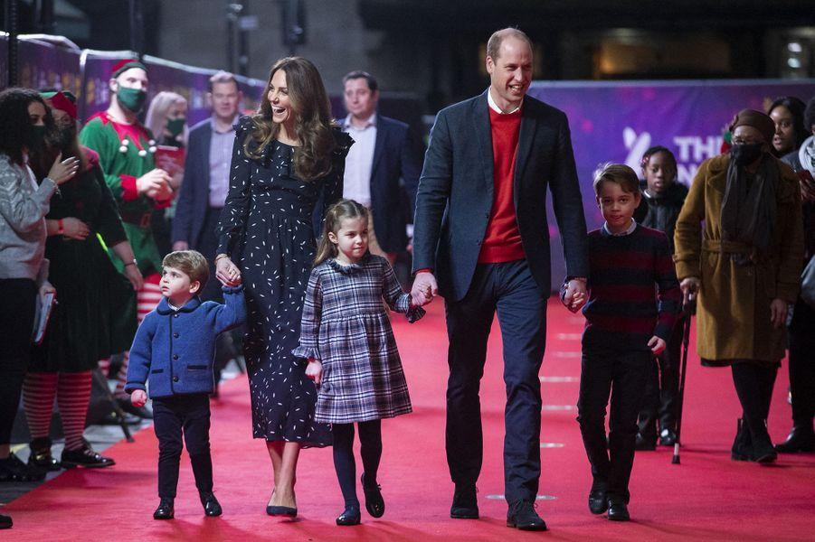 Kate et William avec leurs enfantsLouis, Charlotte et Georgeau London's Palladium Theatre le 11 décembre 2020