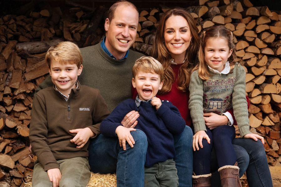 William et Kate entourés de leurs enfants George, Louis et Charlotte pour la carte de vœux de fin d'année, partagée en décembre 2020