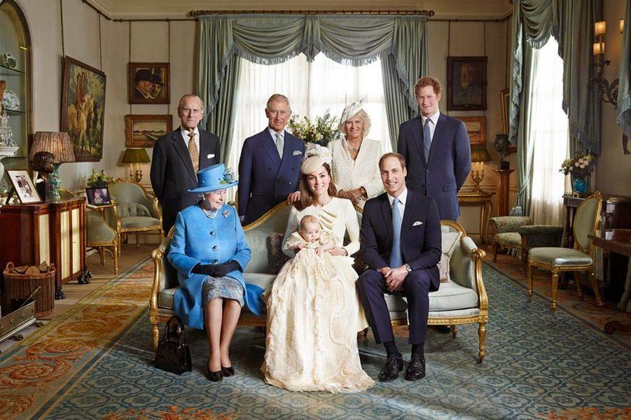 Quatre photos officielles du baptême du prince George viennent d'être divulguées. Elles sont signées Jason Bell et ont été prises à Clarence House immédiatement après le baptême du prince à St. James Palace, mercredi. Sur cette photo de famille, la reine Elizabeth et le prince Philip, le prince Charles et la duchesse Camilla, le prince Harry et bien sûr, le duc et la duchesse de Cambridge et le petit George.