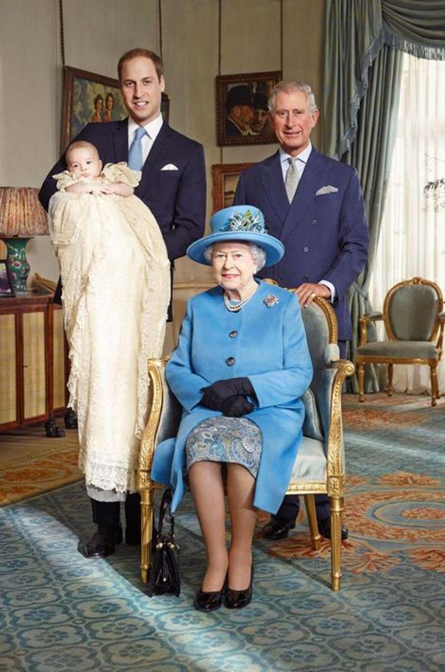 Le prince George dans les bras de son père William, aux côtés de son grand-père Charles et de son arrière-grand-mère Elizabeth.