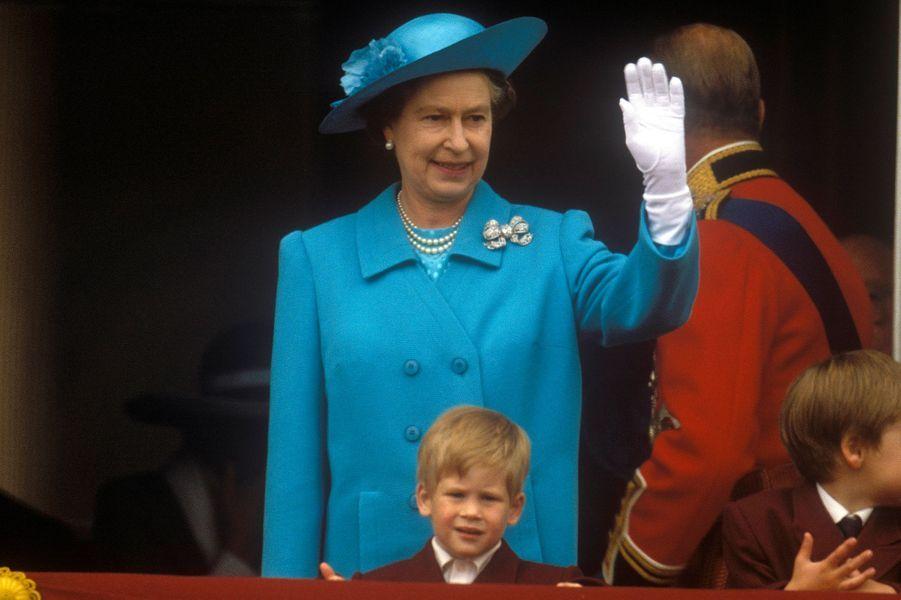 La reine Elizabeth II et le prince Harry lors de la parade Trooping the Colour le 11 juin 1988