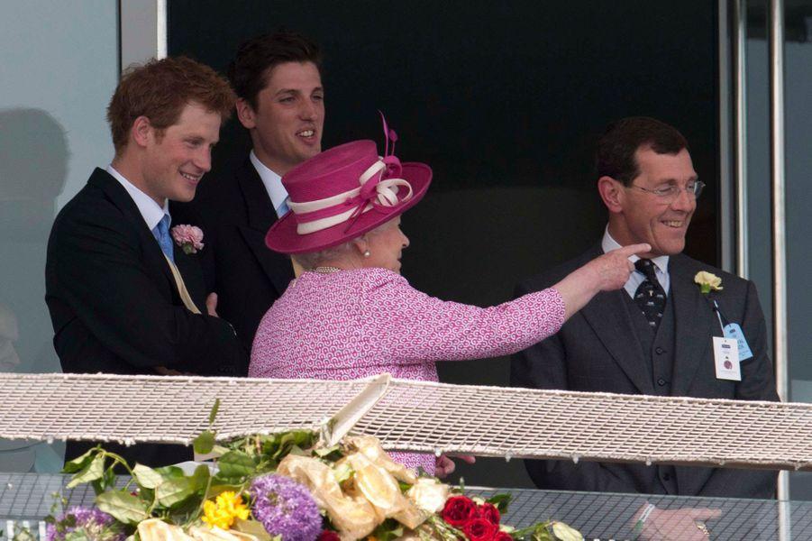 Le prince Harry et Elizabeth II lors d'une visite dans le Surrey en juin 2011