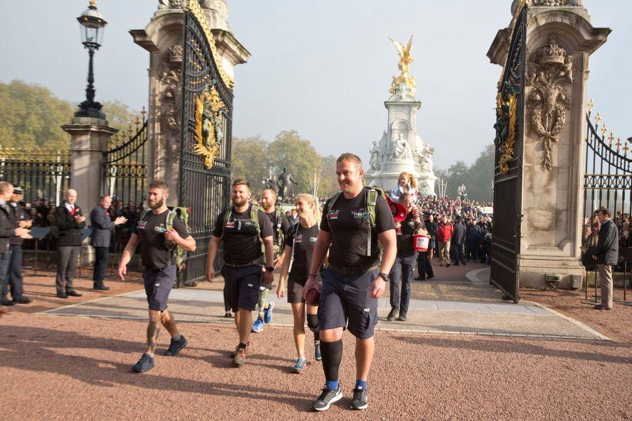 Les militaires de la Walk of Britain arrivent devant Buckingham Palace à Londres, le 1er novembre 2015