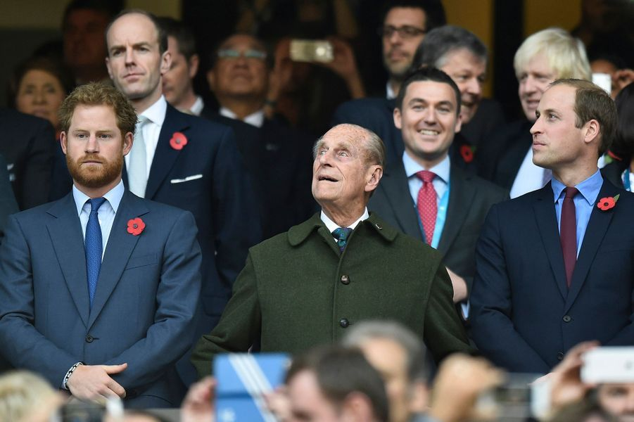 Les princes Harry, Philip et William au stade de Twickenham à Londres, le 31 octobre 2015