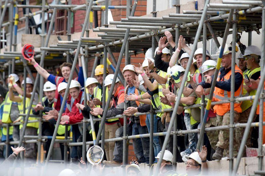 Des bénévoles du chantier où se sont rendus les princes William et Harry à Manchester, le 23 septembre 2015