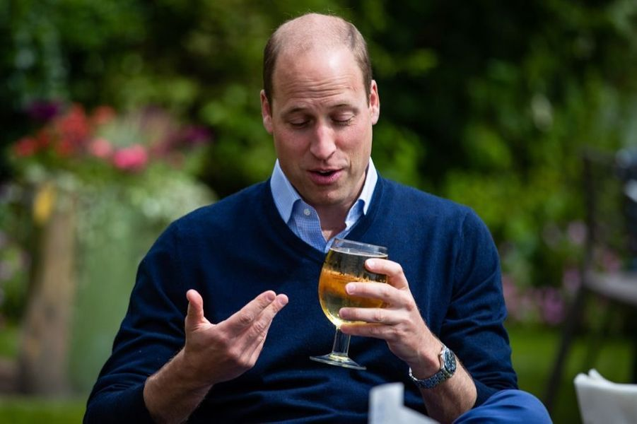 Le prince William au pub The Rose and Crown, à Snettisham le vendredi 3 juillet 2020, à la veille d'une nouvelle phase du déconfinement du pays.