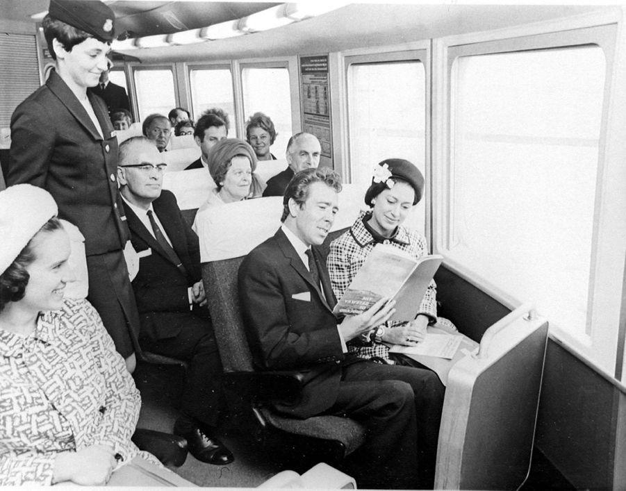 La princesse Margaret et Lord Snowdon, le 31 juillet 1968, à bord de l'hovercraft entre Douvres et Boulogne.