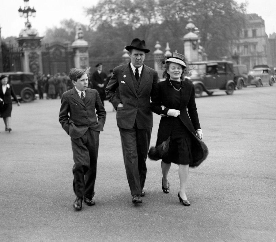 Le jeune Antony Armstrong-Jones, avec son père et sa belle-mère devant Buckingham Palace, le 1er mai 1945.