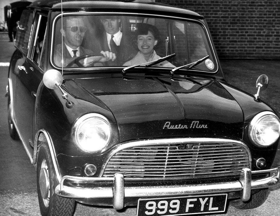 La princesse Margaret et Lord Snowdon en Austin Mini le 19 juin 1964