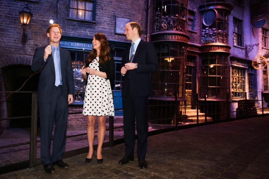Kate, William et Harry visitent les studios Warner à Londres, le 26 avril 2013.